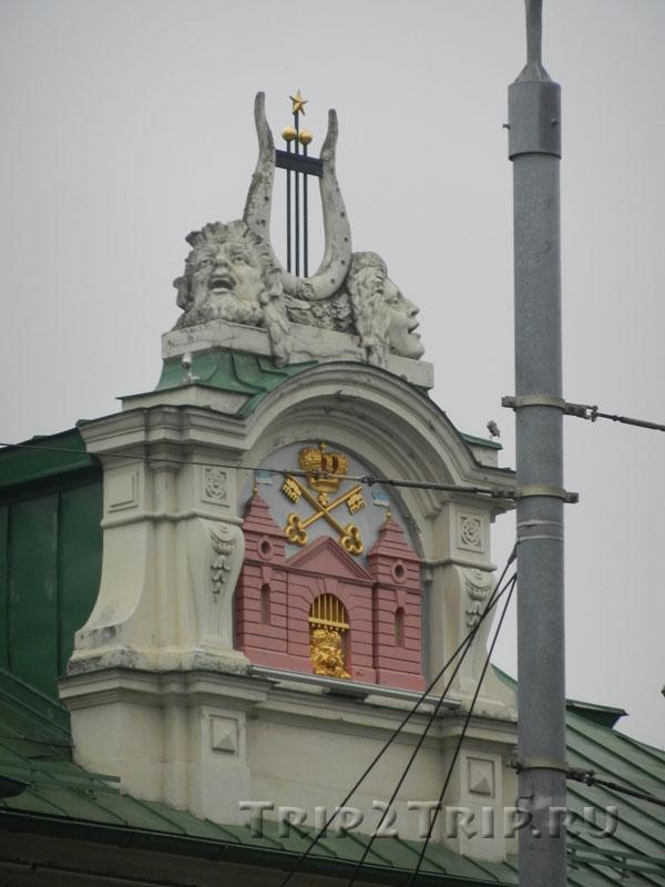 Герб на фронтоне Латвийского национального театра, бульвар Кронвалда, Рига
