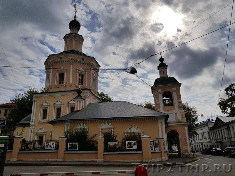 Храм Живой Троицы Живоначальной в Хохлах, Москва