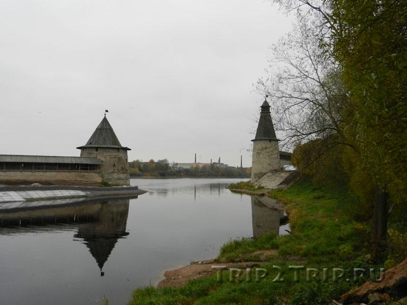 Устье реки Псковы при впадении в Великую с двумя башнями - Плоская (слева) и Высокая (справа), Псков