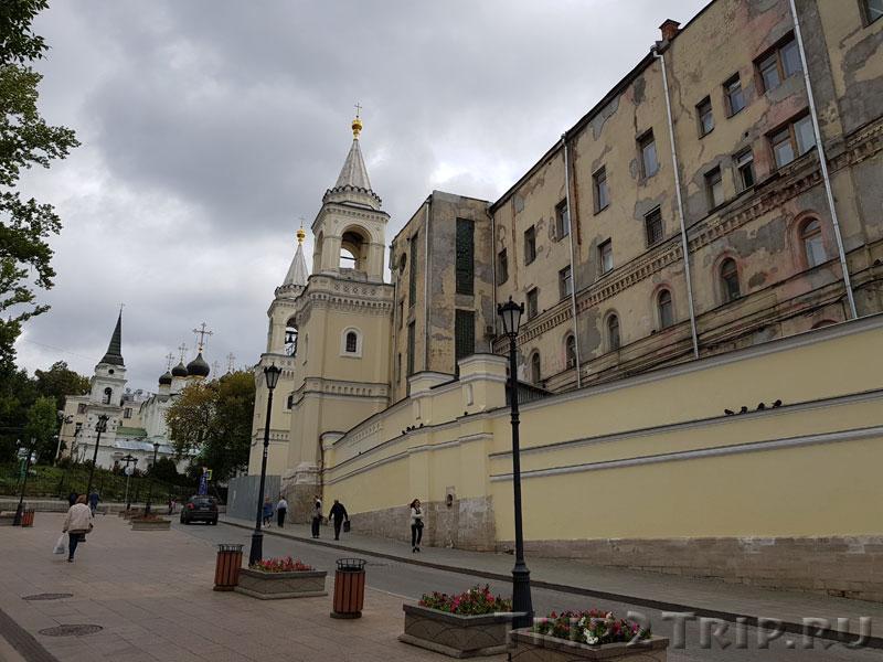 Улица Забелина, справа - Ивановский женский монастырь, в перспективе - храм Владимира Равноапостольного, Москва