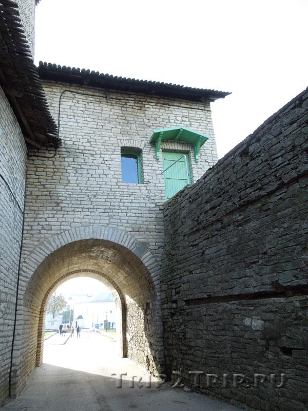 Великие ворота с обратной стороны (со стороны захаба), псковский Кром