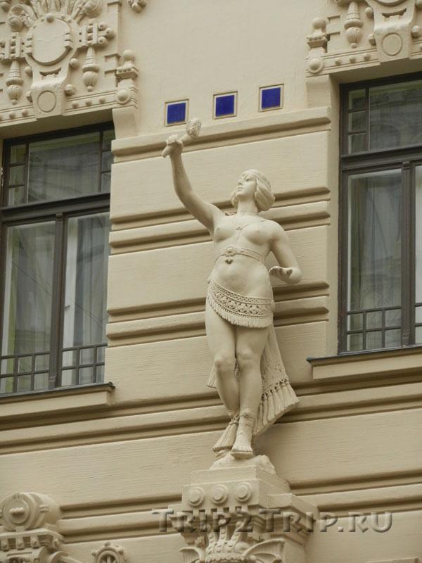 Женская статуя на доме 2А улицы Альберта, Рига
