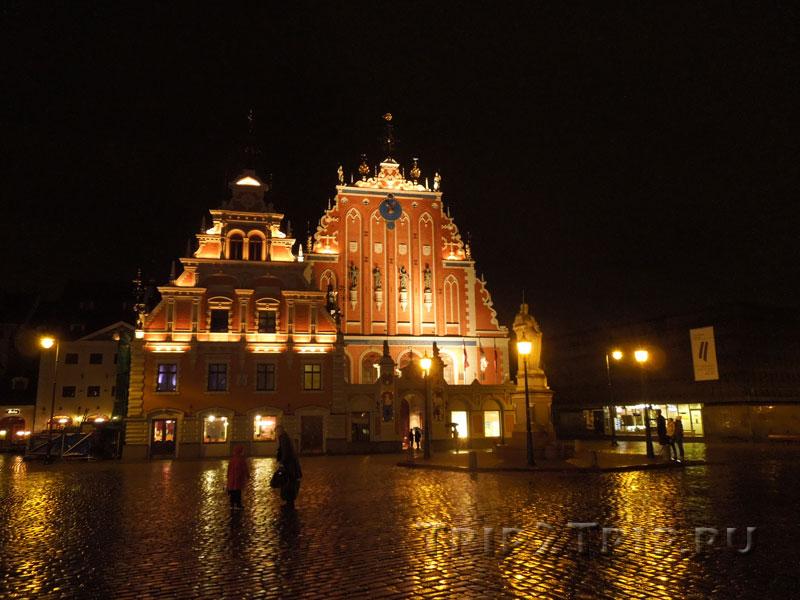 Дома Черноголовых и Швабе ночью, Ратушная площадь, Рига