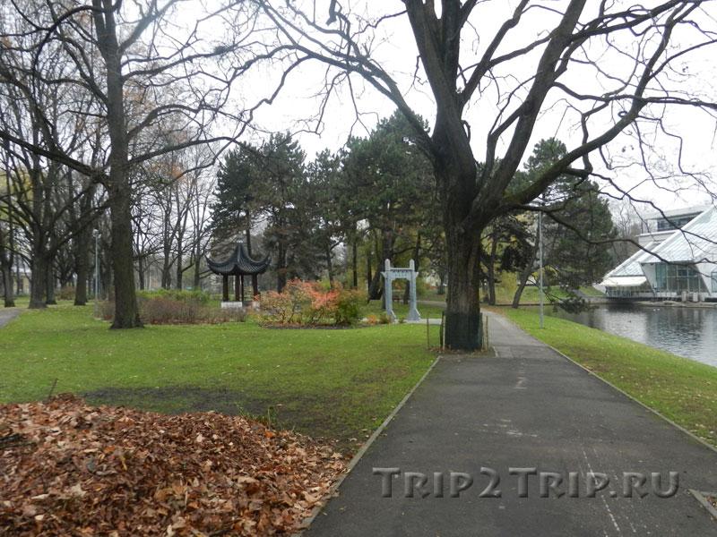 Беседка и воротца в китайском стиле, парк Кронвальда, Рига