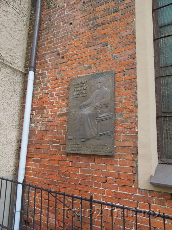 Мемориальная табличка Франциса Трасунса, церковь Святого Екаба, Рига