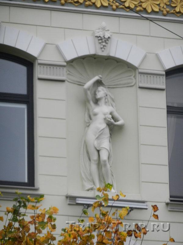 Статуя в нише Элизабетес, 15, Рига