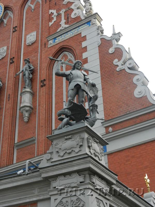 Скульптура Георгия-Победоносца перед домом Черноголовых, Ратушная площадь, Рига