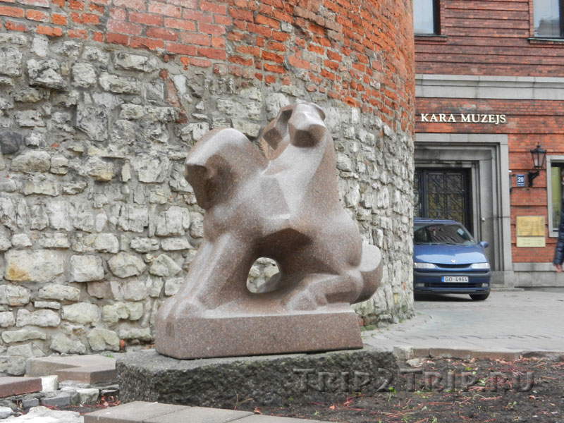 """Скульптура """"На границе"""" около Пороховой башни, Рига"""