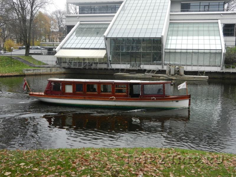 Катер, катающий желающих по городскому каналу, парк Кронвальда, Рига