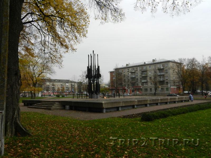 """Мемориал """"Огонь вечной славы"""" - могила неизвестного солдата, Ботанический сад, Псков"""