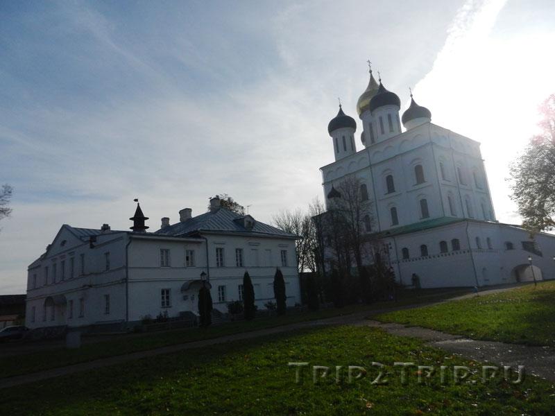 Дом Причта и Свято-Троицкий собор, Псковский Кром