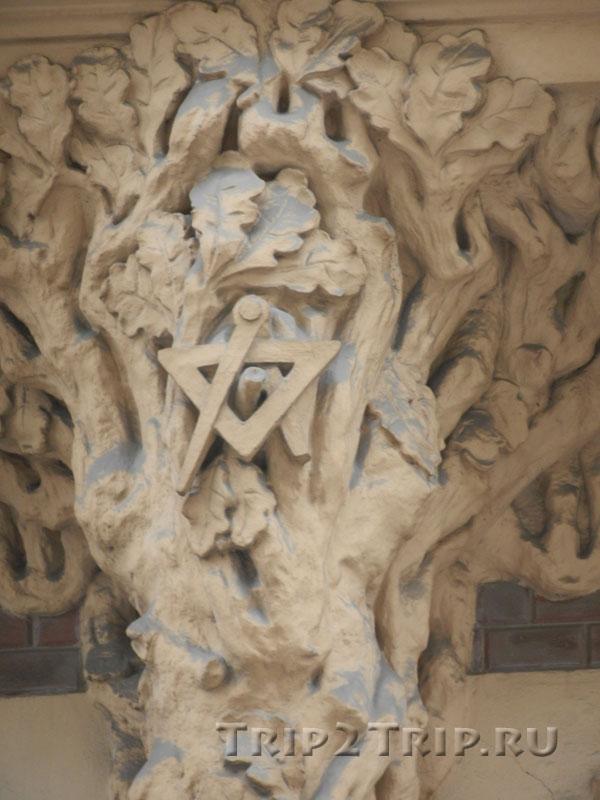 Массонские знаки в Древе Познания, межоконный орнамент, дом на Смилшу, 2, Рига