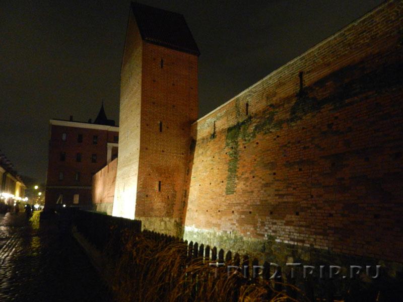 Фрагмент крепостной стены с башней Рамер, улица Торня, Рига