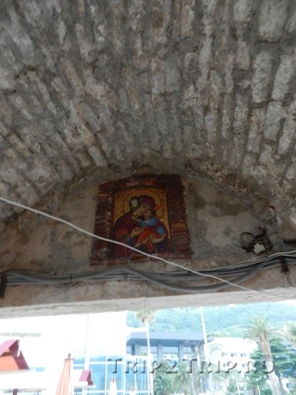 Икона Богородицы над будванскими воротами