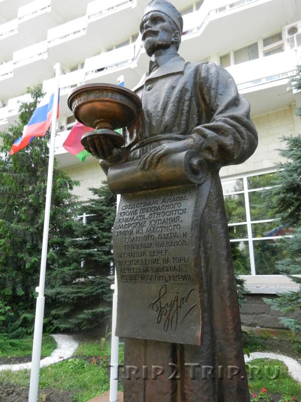 Памятник Будзинскому, Набережная улица