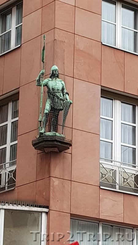 """Стражник на углу отеля """"Hotel ibis Nürnberg Altstadt"""", Кёнигштрассе, Нюрнберг"""