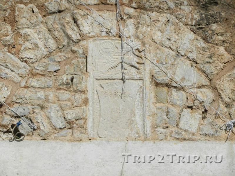 Венецианский лев на крепостных стенах Старой Будвы