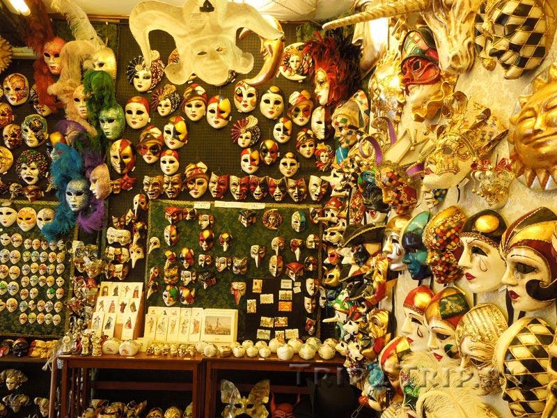 Сувенирный магазин с венецианскими масками