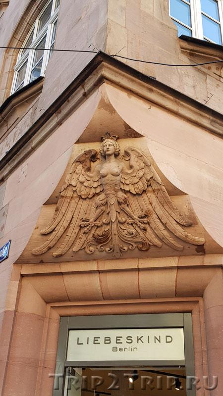 Птица Норис на углу здания, Каролиненштрассе, Нюрнберг