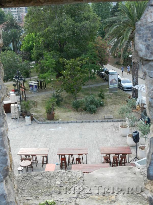 Начало сквер, протянувшегося вдоль пристани (вид с будванских крепостных стен)