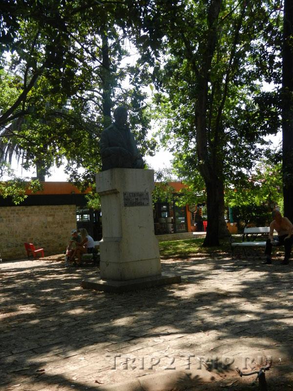 Памятник Степана Любиша, сквер в Будве