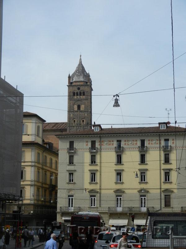 Кампанила собора Сан-Пьетро (вид от пьяцца дель Неттуно)