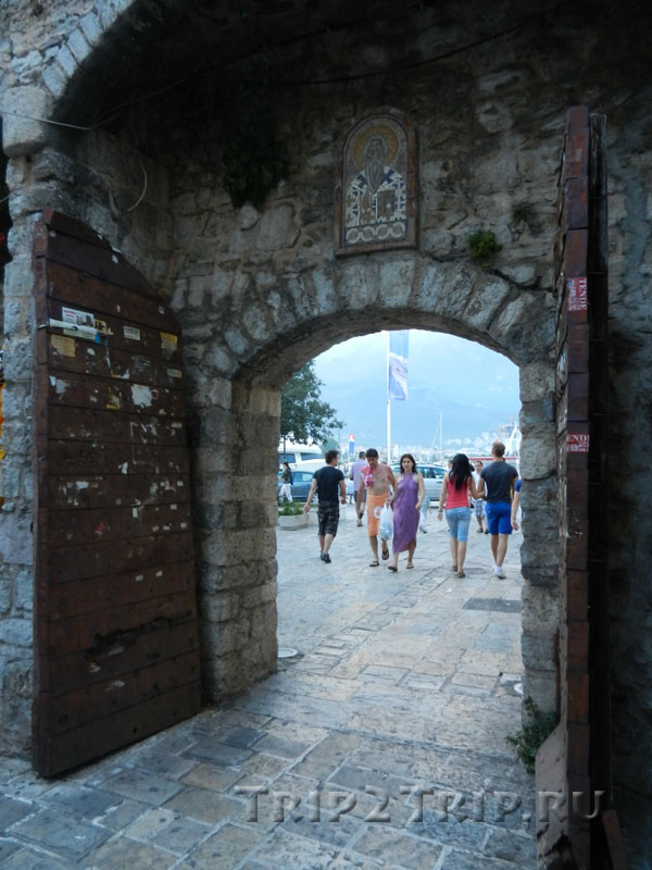 Будванские ворота, ведущие на марину с иконой Петра Негоша над ними