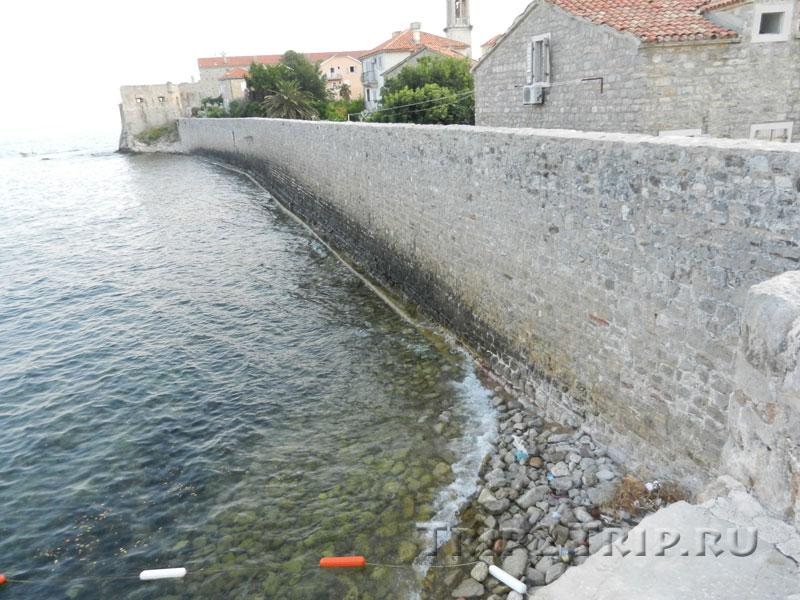 Воды пляжа Пизана бьются о венецианскую крепость, Будва