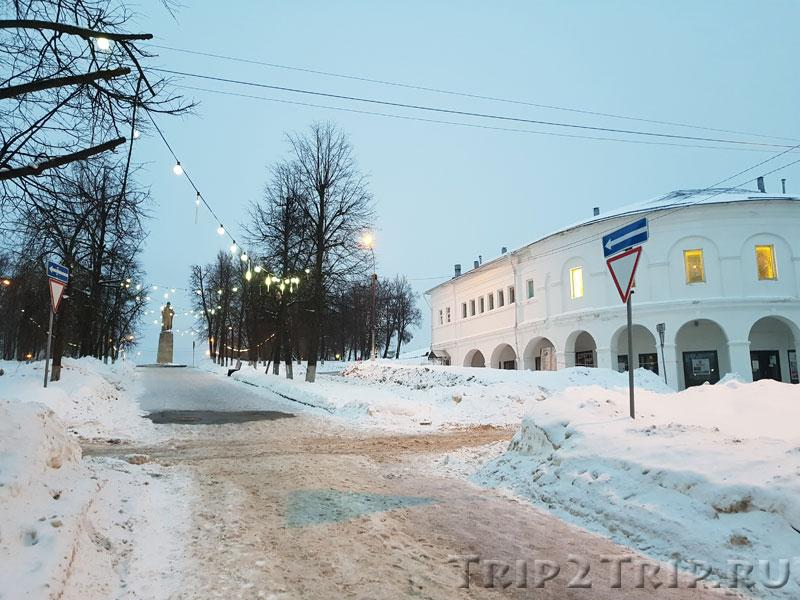 Улица Молочная Гора с памятником ИВану Сусанину в перспективе. Справа - Квасные ряды