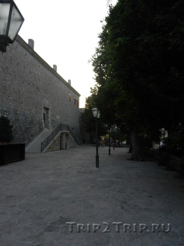 Вход в будванскую цитадель с площадь Староградских Церквей