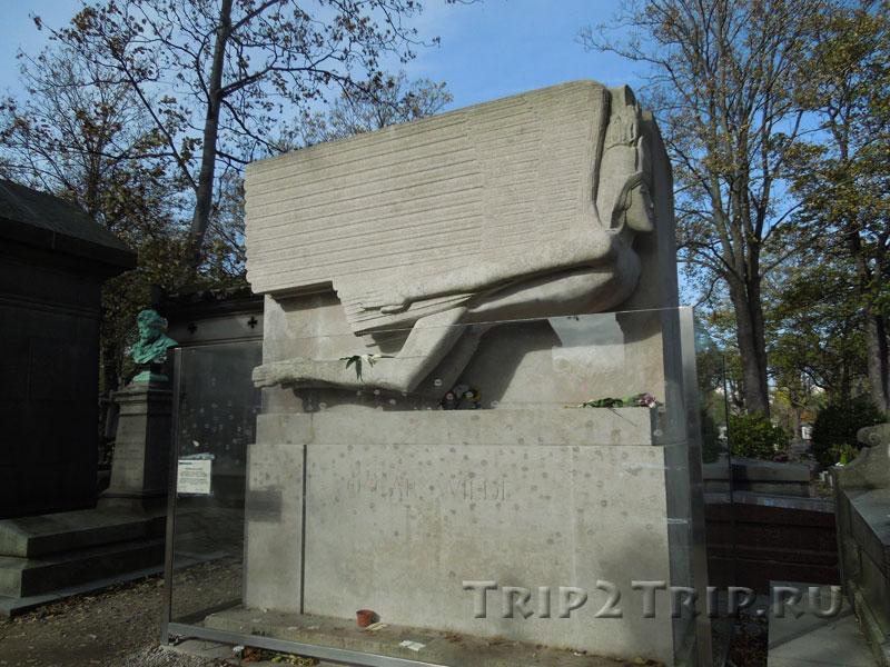 Могила Оскара Уайльда, кладбище Пер-Лашез, Париж
