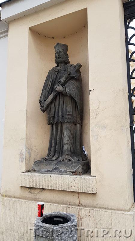 Левая статуя в воротах францисканского монастыря
