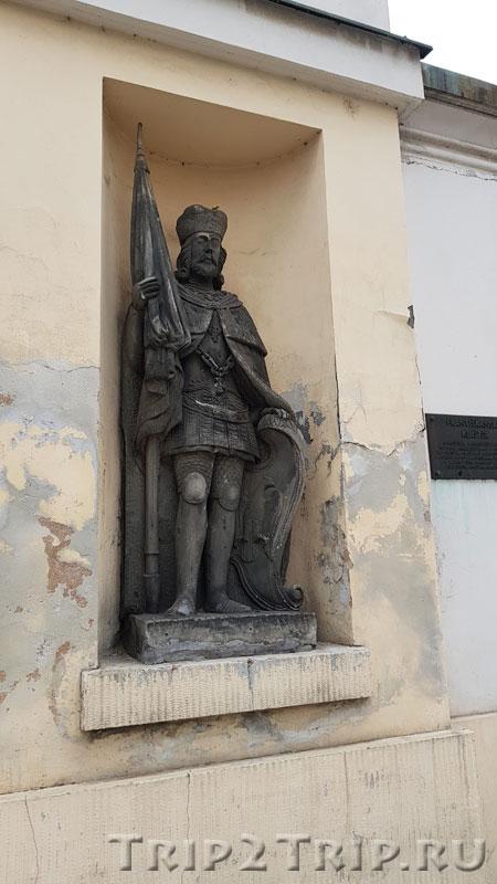 Правая статуя в воротах францисканского монастыря
