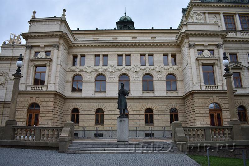 Памятник Йозефу Каэтану Тылу на фоне Главного пльзеньского театра