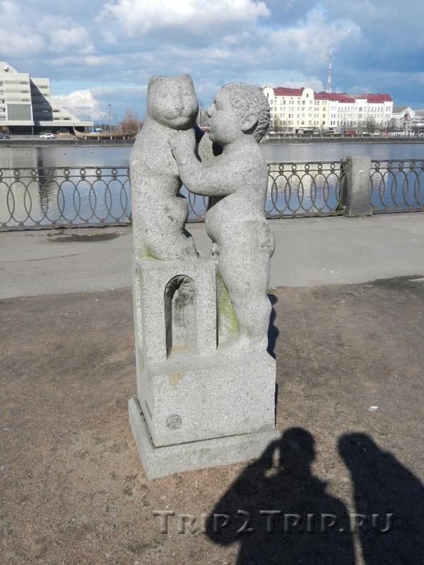 """Скульптура """"Мальчик с кошкой"""", юго-западное побережье Салакка-Лахти, Выборг"""