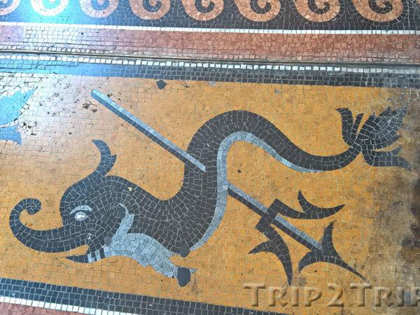 Дельфин с трезубцем, выложенный мозаикой на поле, галерея на улице 20 сентября, Генуя