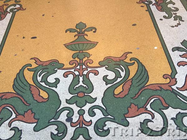 Два грифона в виде растительного мотива, выложенные мозаикой на полу галереи, улица 20 сентября, Генуя